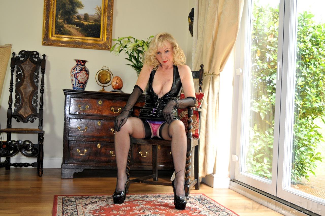 Elegant mature escort lady tall and kinky